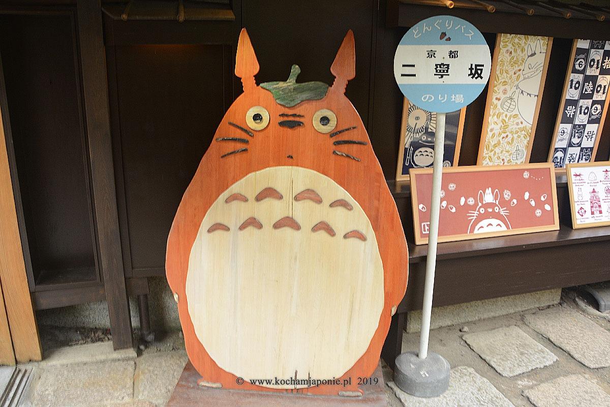 Totoro przed wejściem do sklepu Ghibli