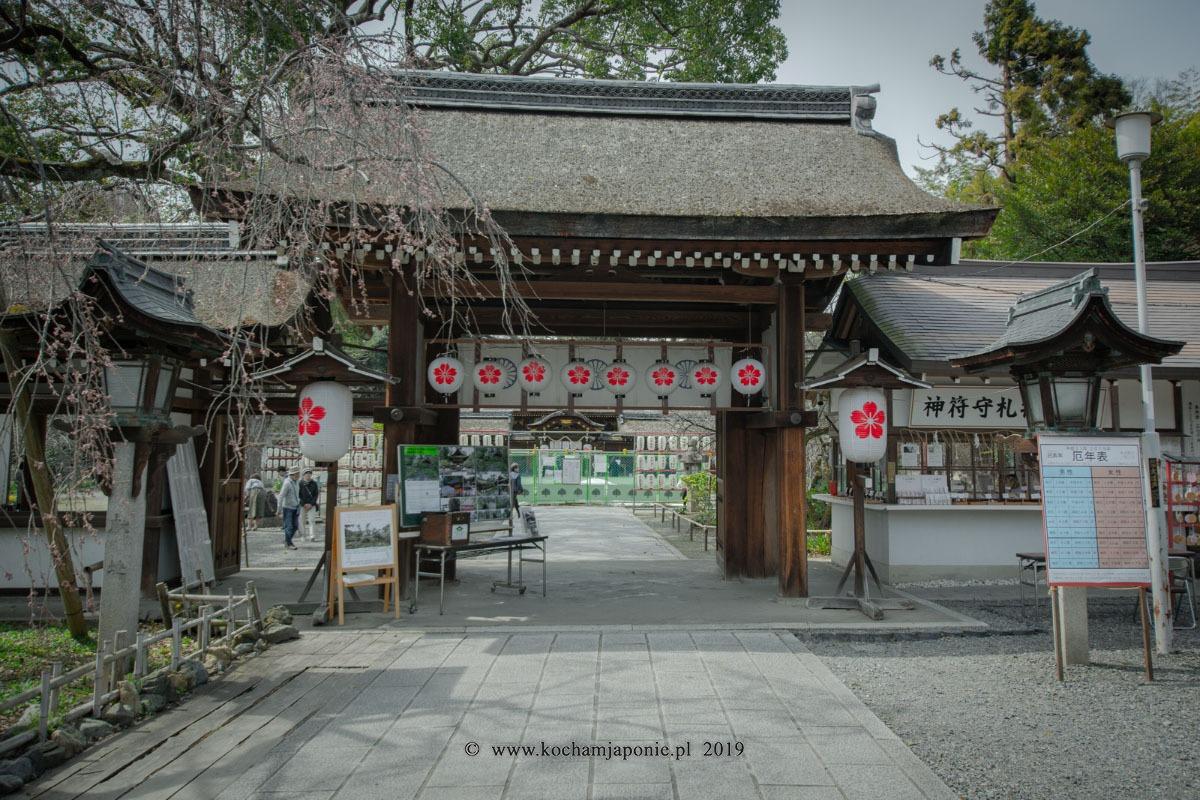 Tabliczka z yakudoshi przed świątynią