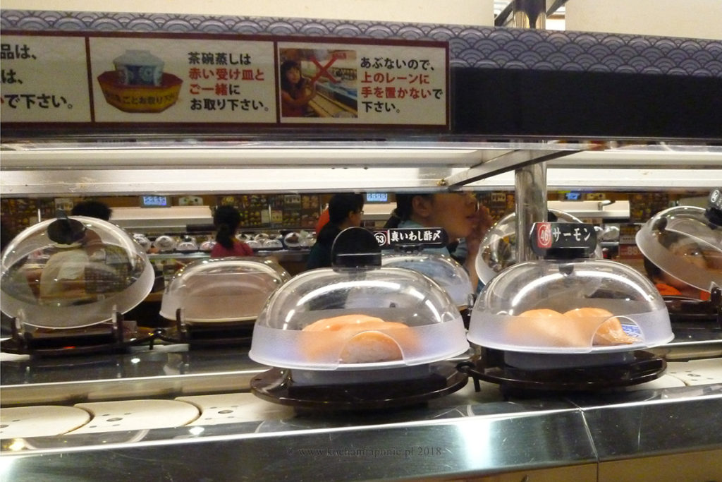 Talerzyk z sushi pod plastikową osłoną