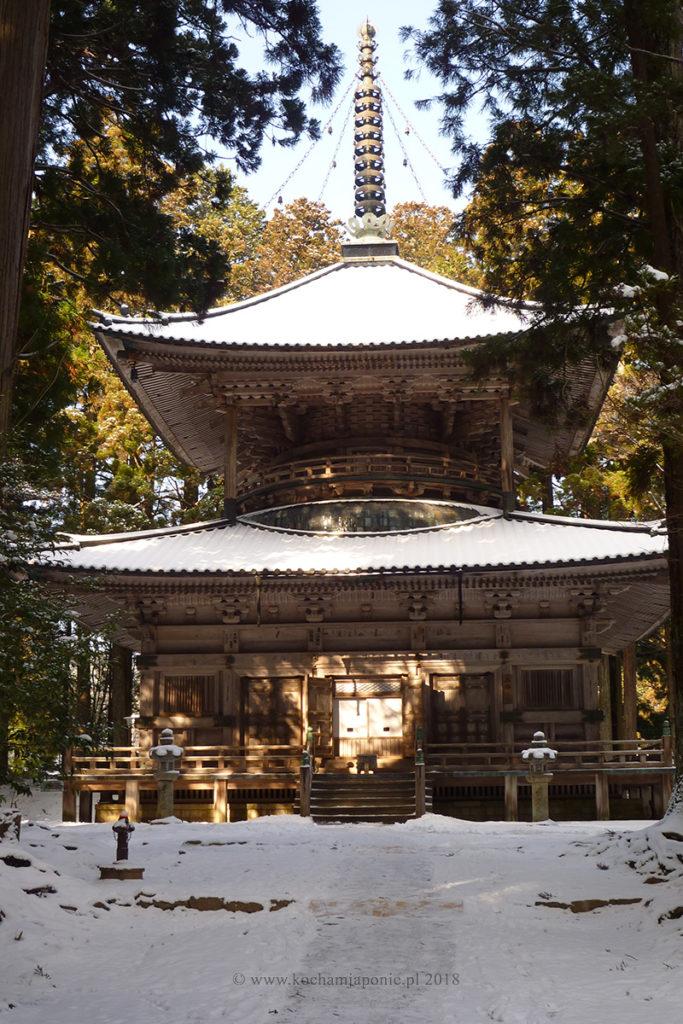 Świątynia na górze Koya pod śniegiem