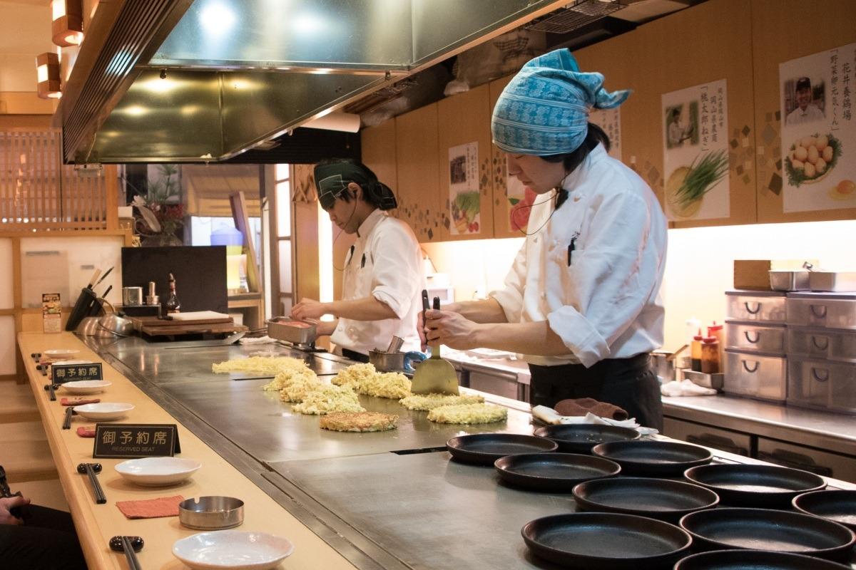 Kucharz przygotowuje okonomiyaki