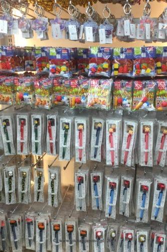 Półka z drobiazgami w sklepie za 100 yenów